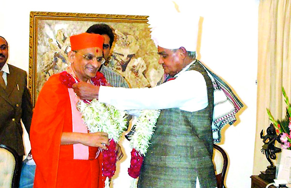 Acharya Swamishree meets Prime Minister of India, Atal Bihari Bajpayee at the Raj Bhavan