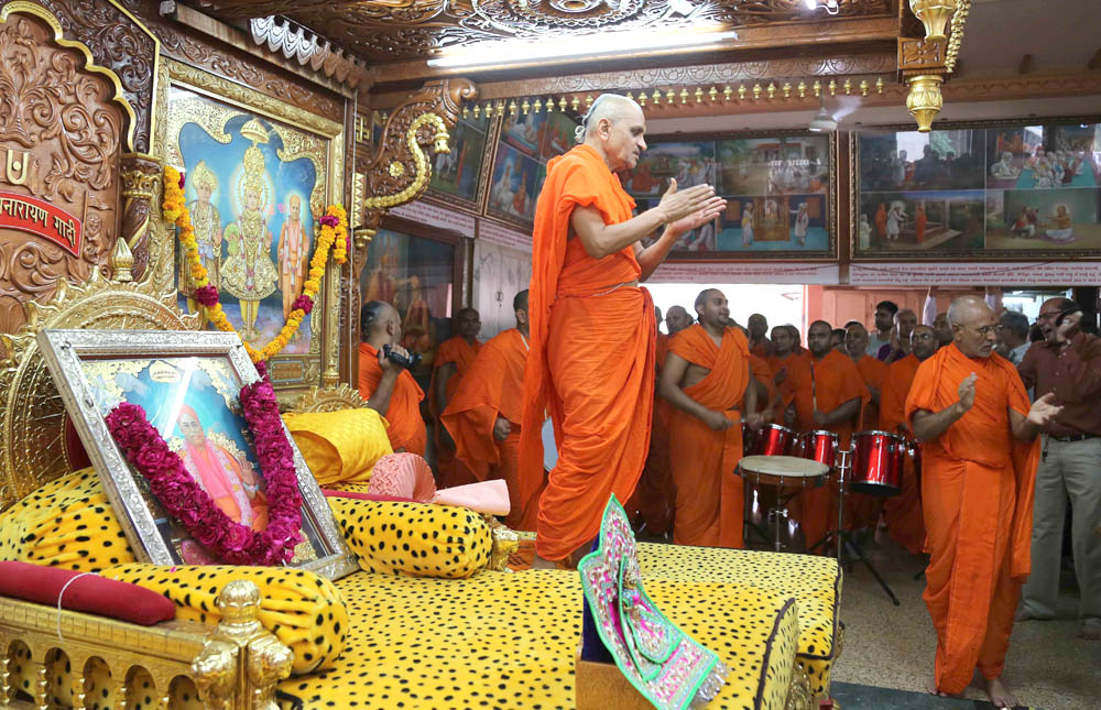 Acharya Swamishree Maharaj performs dhoon at Shree Swaminarayan Mandir in Maninagar