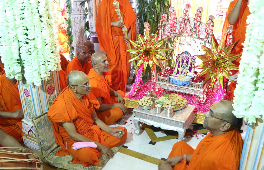 Lord Swaminarayan seated in His cradle