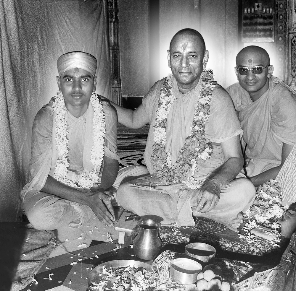 Jeevanpran Swamibapa gives diksha to Sant Shiromani Shree Jitendriyapriyadasji Swami on 1 September 1971, Samvat 2027 Bhadarva Sud 11