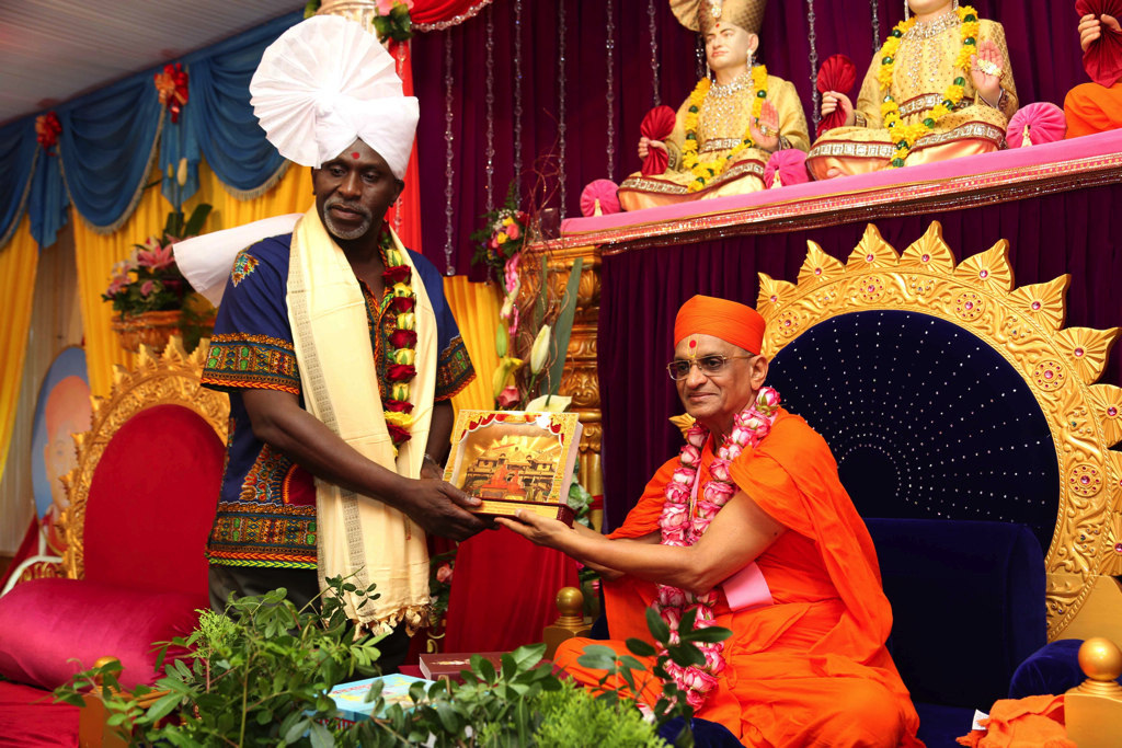 Mr. Charles Nyachae(Lawyer) receives a momento from Acharya Swamishree