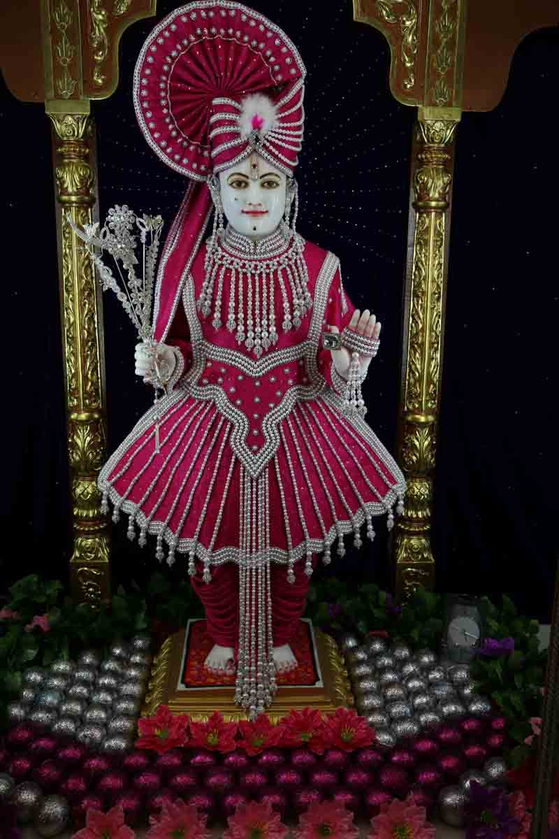 Divine darshan of Lord Swaminarayan adorned in pearls