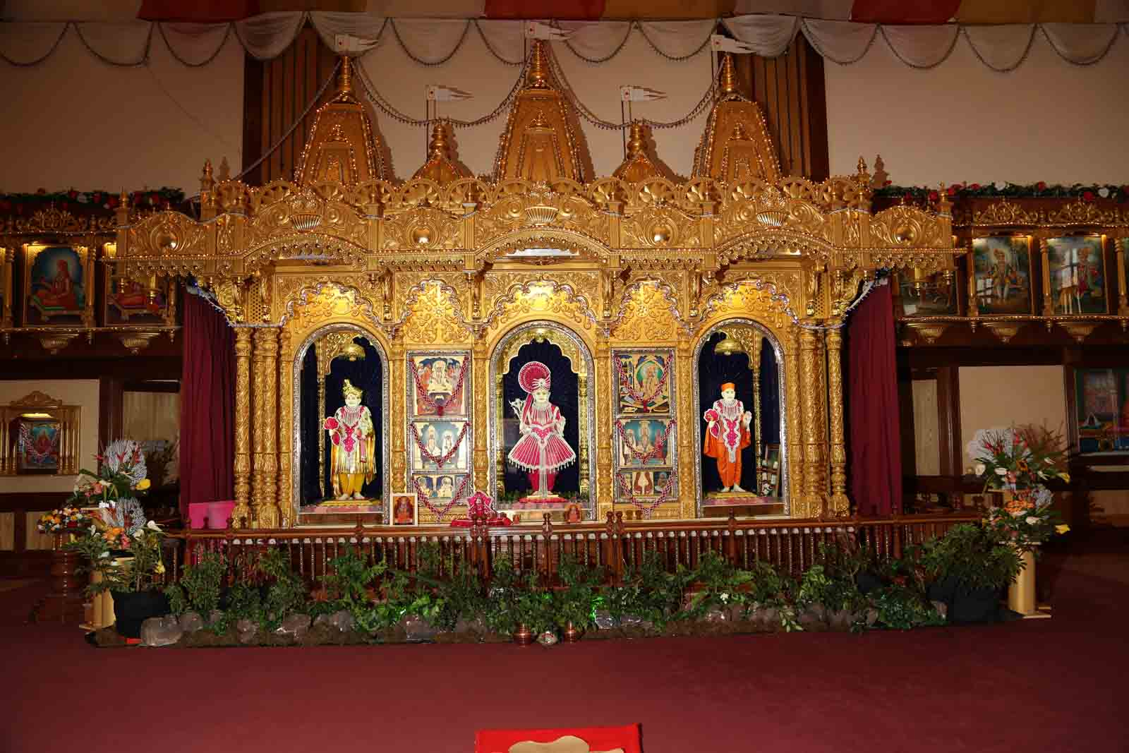 Divine darshan of Lord Swaminarayan, Jeevanpran Bapashree and Muktajeevan Swamibapa