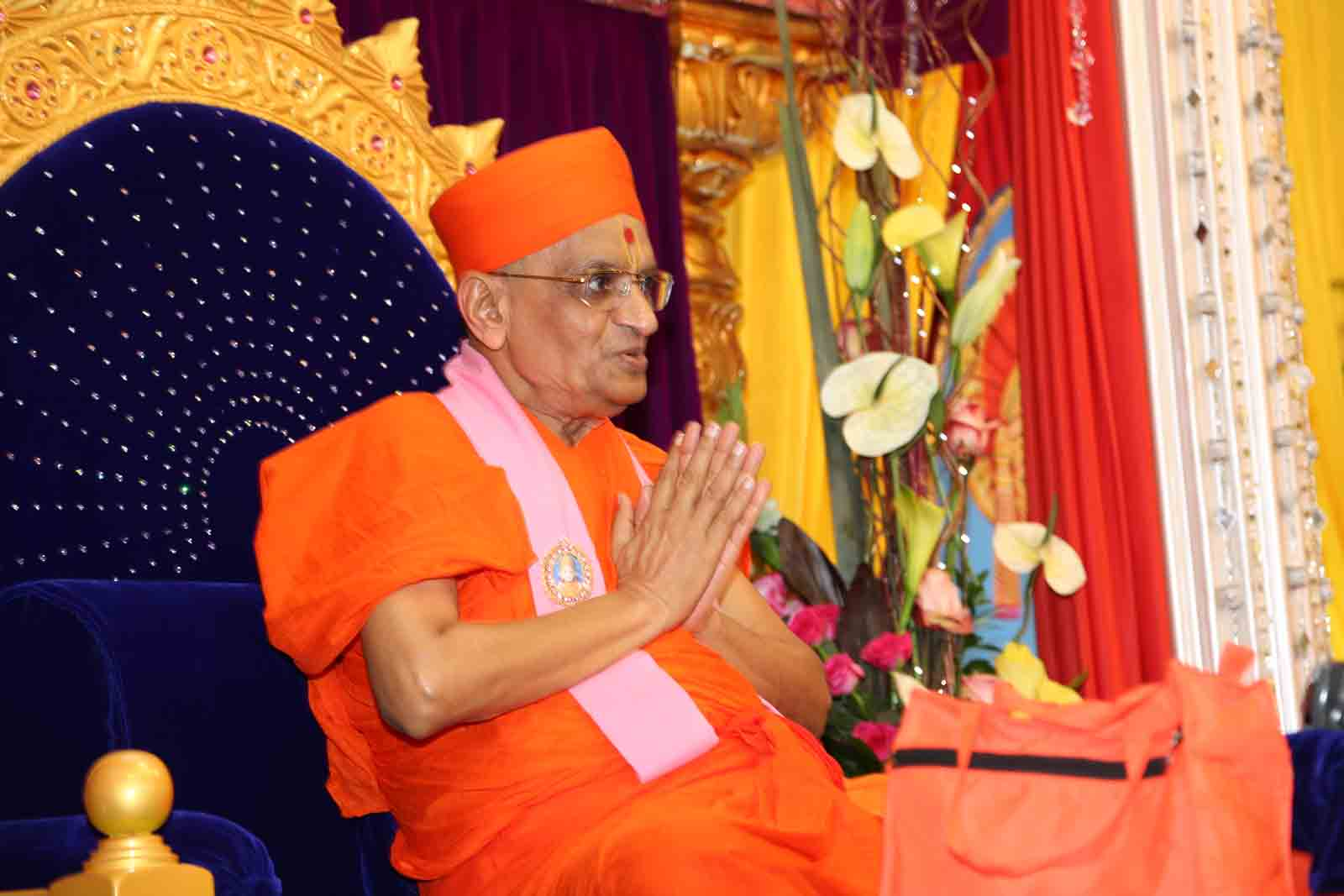 Acharya Swamishree starting his divine discourses with Jay Shree Swaminarayan