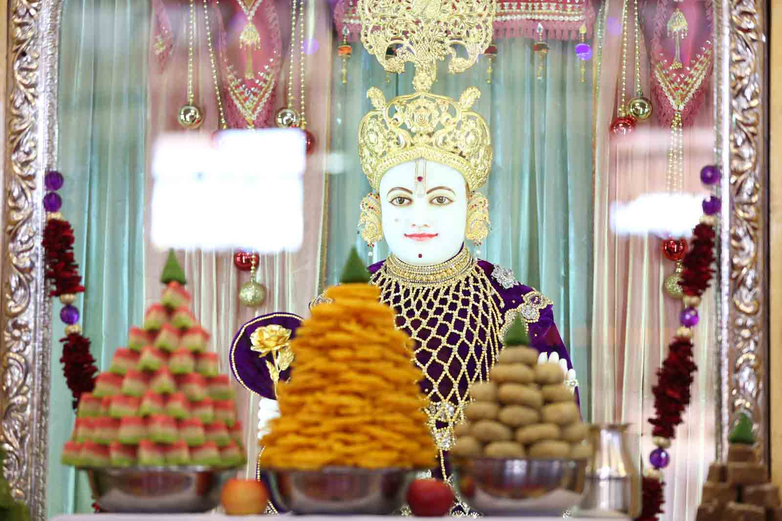 Divine darshan of Lord Swaminarayan dining on annkut thaar