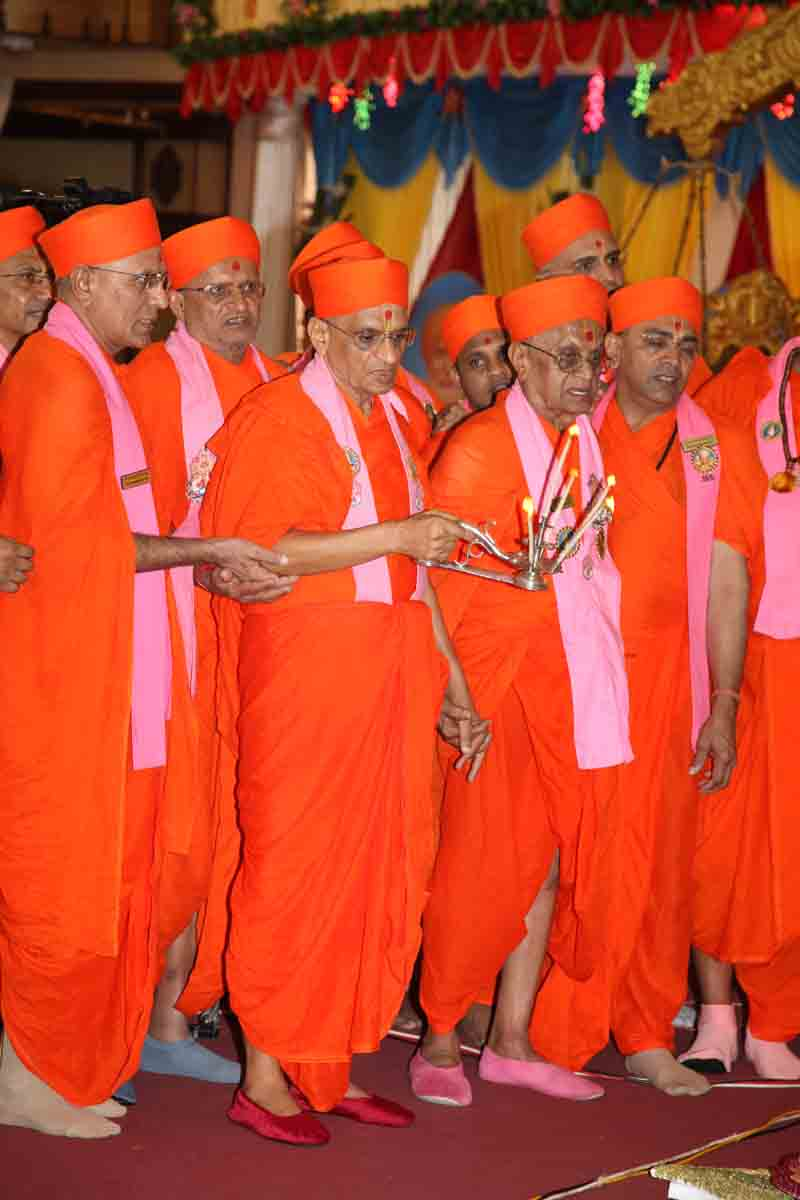 Acharya Swamishree and Fifty two sants perform annkut aarti