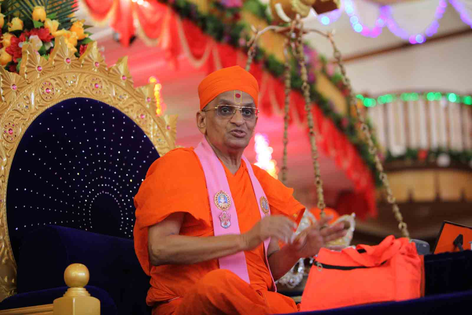 Divine darshan of Acharya Swamishree during his discourses