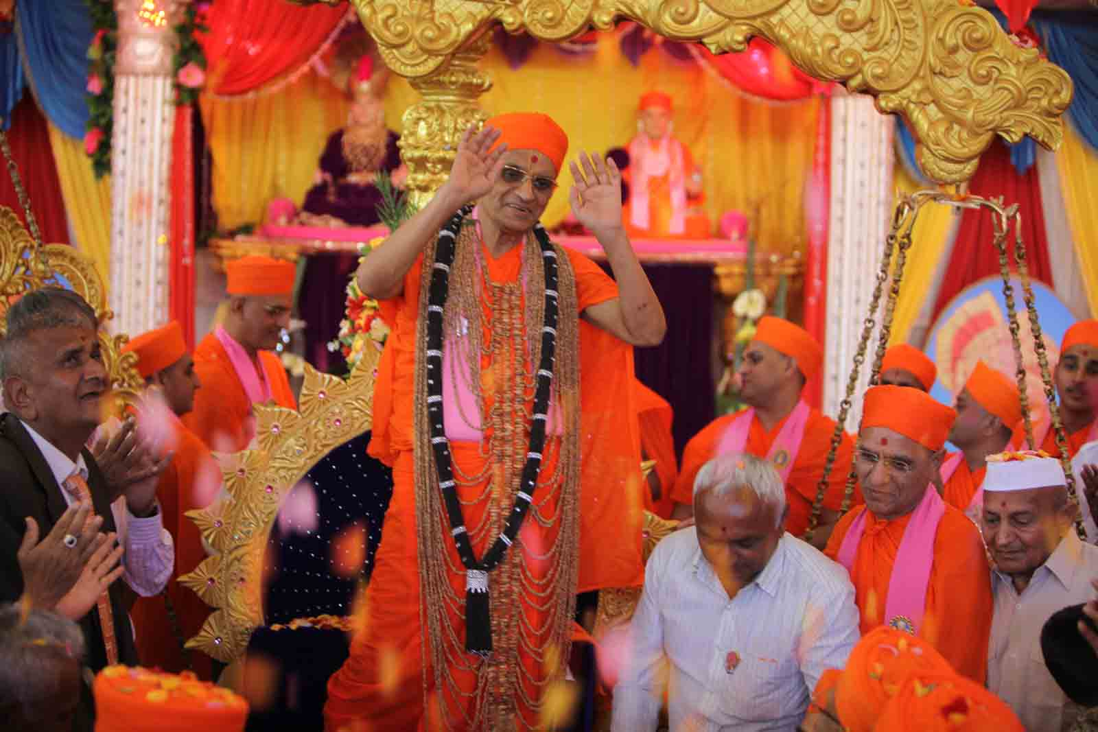 Garlands made of sesame seeds and 'charoli' both of 60 sers are adorned to Acharya Swamishree