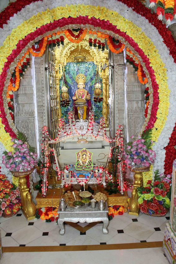 Divine darshan of Shree Harikrishna Maharaj seated on a swing