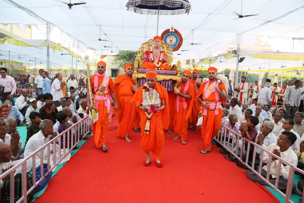 Jeevanpran Swamibapa's Murti is ceremonially carried to the stage