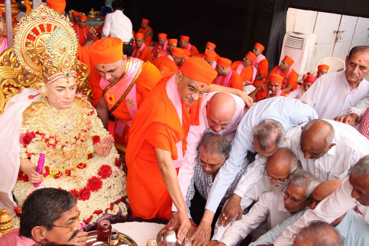 Acharya Swamishree performs the ceremonial bathing of feet