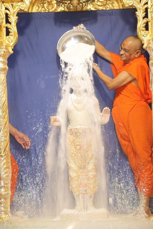 His Divine Holiness Acharya Swamishree bathes Lord Shree Swaminarayan in the five nectars