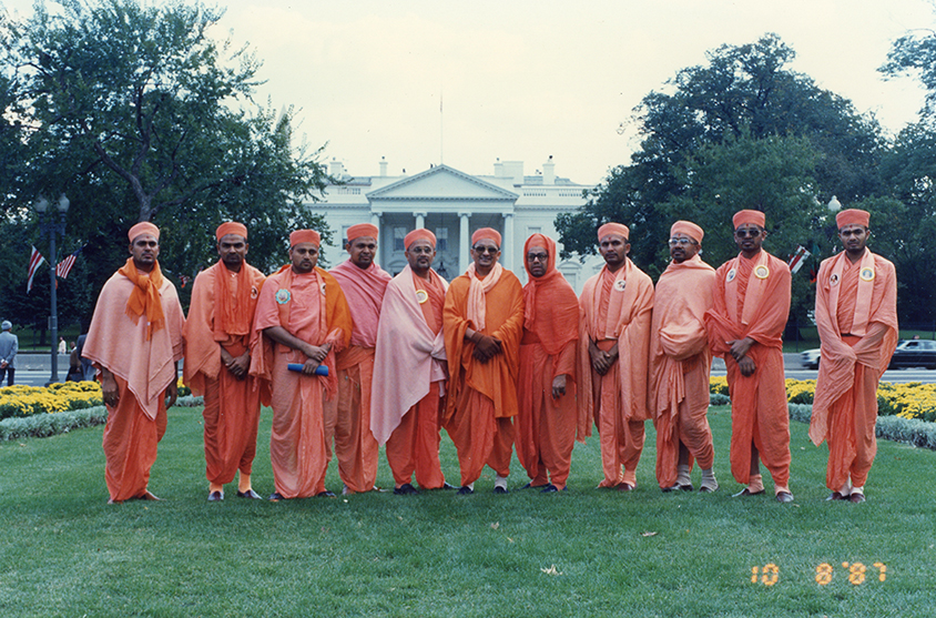 His Holiness Acharya Swamishree embarked upon the first tour of the USA where established the Shree Swaminarayan Sidhant Sajivan Mandal, USA.