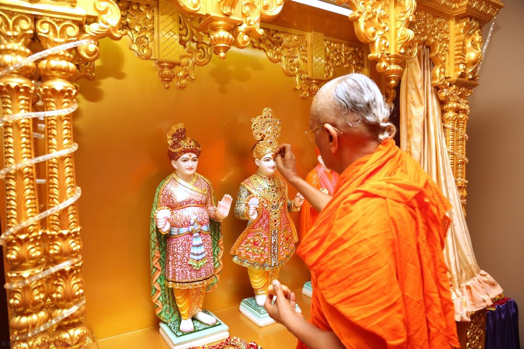 On Monday, July 28th, 2014, His Divine Holiness Acharya Swamishree toured the state of Ohio, visiting the homes and business of disciples whilst elucidating the Lord's supreme upasana. Additionally, on this day, Acharya Swamishree installed the divine murtis of Lord Swaminarayanbapa Swamibapa in two additional Hari Mandirs at the homes of disciples in Cleveland, Ohio.