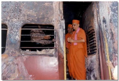 Acharya Swamishree prays for the souls of all who died
