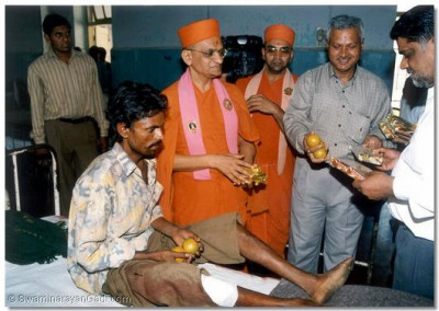 Victims receive food, fresh fruit and biscuits from Acharya Swamishree