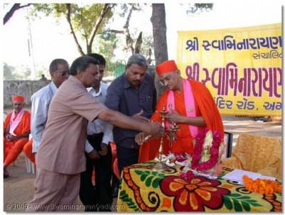 HDH Acharya Swamishre and honoured guests light the Flame of Peace at the inauguration of the Rural Development Camp