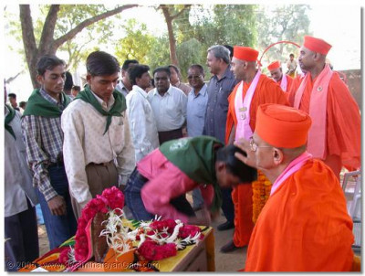 Students are blessed by HDH Acharya Swamishree