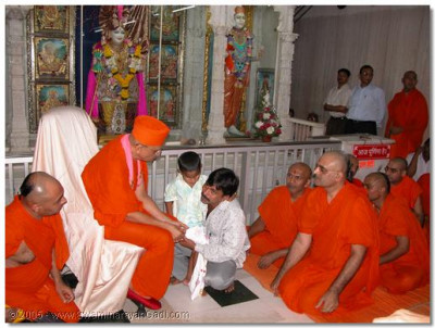 Acharya Swamishree and the sants listen to the story about Mahesh's brutal torture