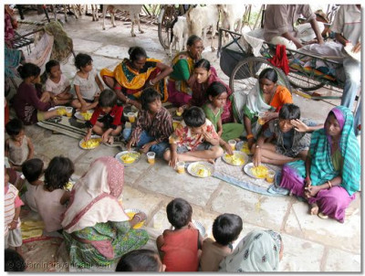 Young and old all recieved food from the sansthan