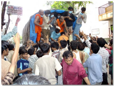 Sants and disciples distribute food packets in Surat, Gujarat