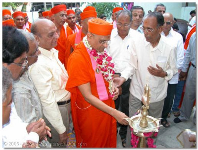 Acharya Swamishree also lit a flame during the inauguration