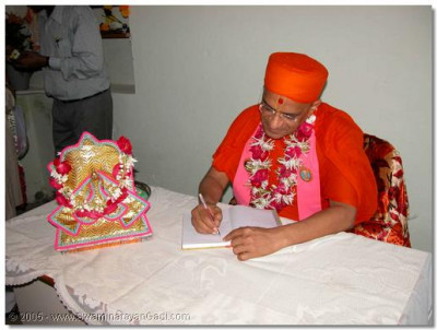 Acharya Swamishree signs a guest book