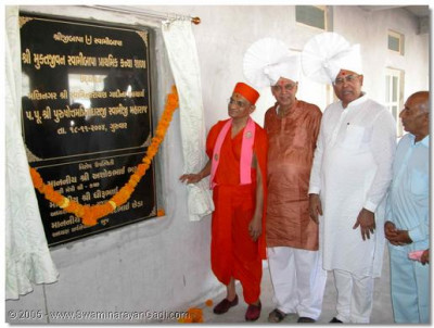 Acharya Swamishree unveils the inauguration plaque