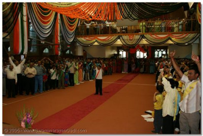 A young devotee hails Lord Swaminarayanbapa Swamibapa before the start of the event