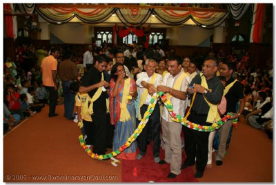 Paper Chain - Teams compete against each other to complete the longest paper chain in a specified time period