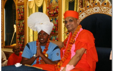 Acharya Swamishree Honours Sufyan Shiekh - the first Gujarati to Swim the English Channel