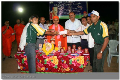 A charity cheque was presented by Acharya Swamishree, the winning team and the guests to Kera Kundalpur Youth Wing