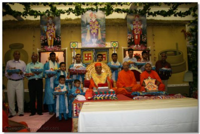 HDH Acharya Swamishree and sants giving darshan to devotees.