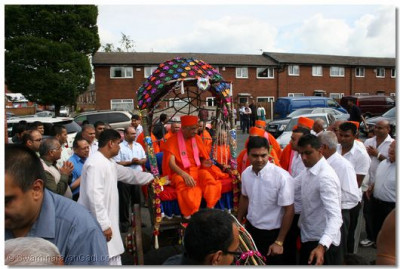 Acharya Swamishree is brought into the mandir carpark on a traditional antique cart.