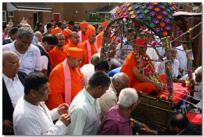 Bolton haribhakto bring swamishree into the mandir grounds – vajte gajte.