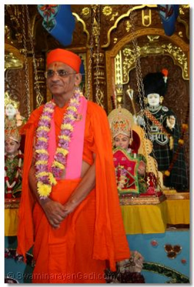 The young dholies salute Pujya Acharya Swamishree