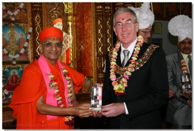 Mayor Connell receives momento from Acharya Swamishree.