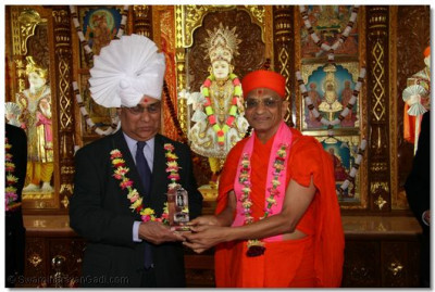 Parmar, Head of Bolton Interfaith accepting his gift from Acharya Swamishree.