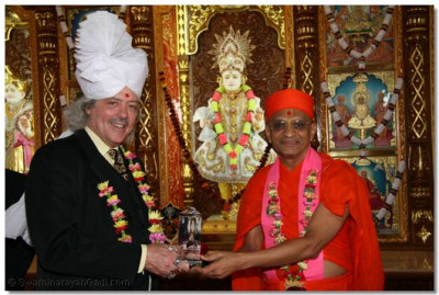 Councillor of Bolton receives momento from Acharya Swamishree.