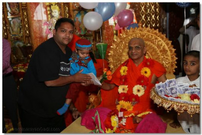 Disciples present gifts to Acharya Swamishree