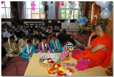 Young disciples singing kirtans to please Acharya Swamishree