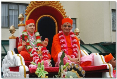 Divine darshan of Jeevanpran Swamibapa and Acharya Swamishree at the start of the procession