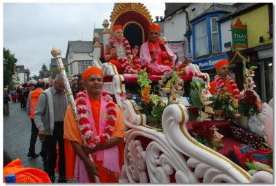 Jeevanpran Swamibapa and Acharya Swamishree give darshan from the chariot