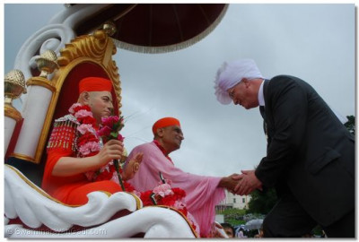 The Mayor of Windermere welcomes greets Acharya Swamishree