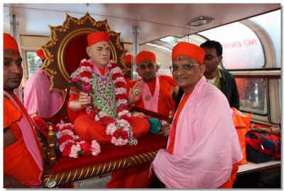 Acharya Swamishree helps carry Jeevanpran Swamibapa