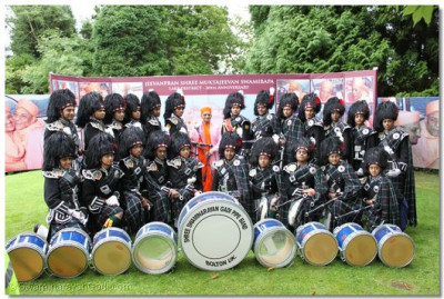 Acharya Swamishree with Shree Swaminarayan Gadi Pipe Band, Bolton