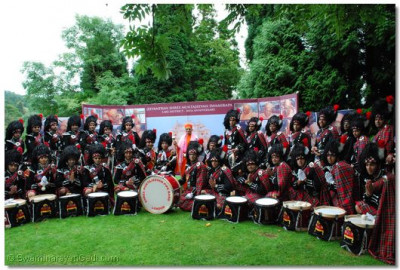 Acharya Swamishree with Shree Muktajeevan Pipe Band, London