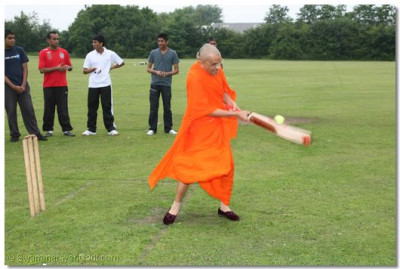 Acharya Swamishree hits the ball