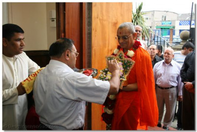 Trustee of Shree Swaminarayan Temple Bolton perform swagt ceremony to His Divine Holiness Acharya Swamishree
