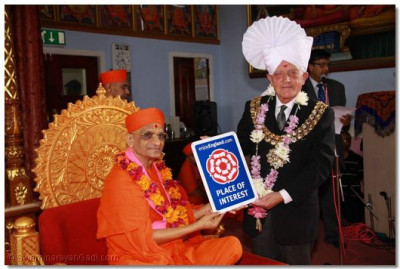 The Mayor present the 'Place of Interest' award to Acharya Swamishree